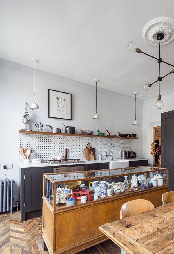 アンティーク家具と白いリノベーションハウス2