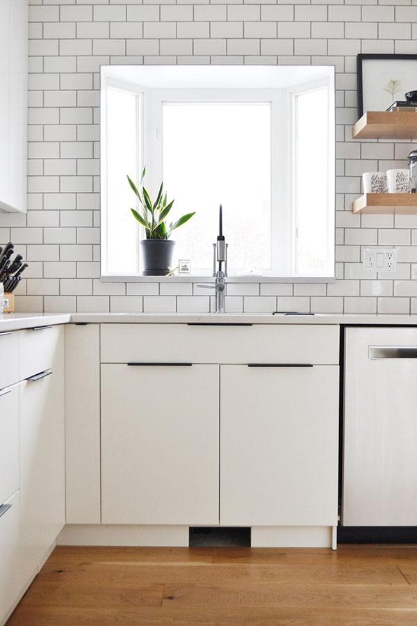 白と黒のキッチン&リビング3
